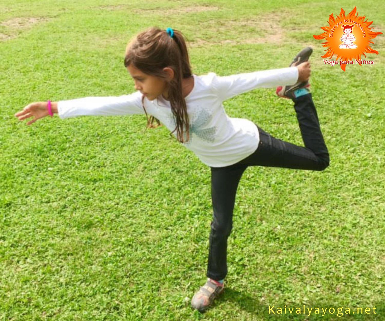 postura de suryakiranam yoga para niños en malaga