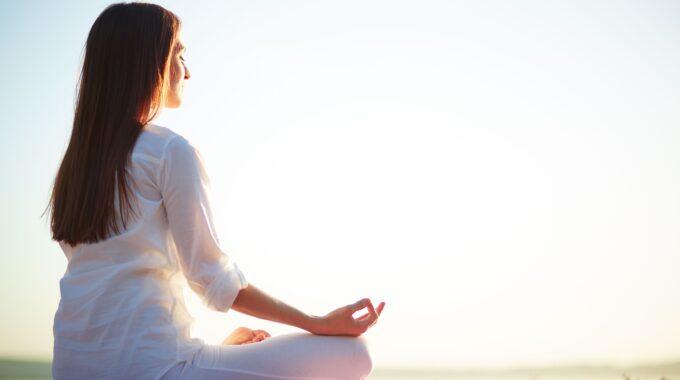 Al Relajar Tu Cuerpo Y Mente, Se Abren Los Espacios Del Corazón. Foto: Https://www.freepik.es/foto-gratis/mujer-sentada-pose-yoga-playa_859033.htm