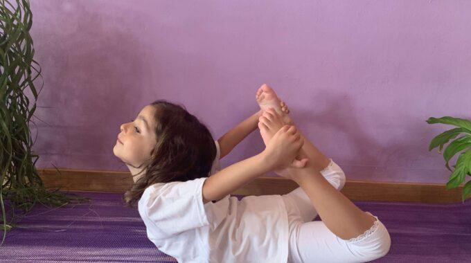 Los Beneficios De Las Asanas De Flexión En Niños Y Adolescentes.