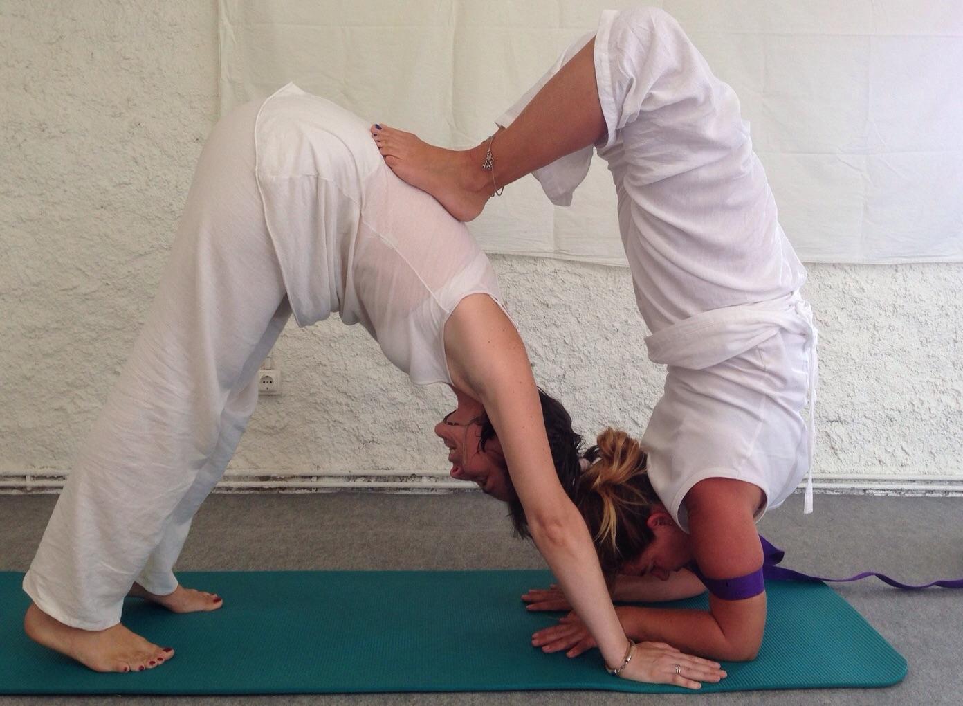 postura de HATHA YOGA Barcelona escuela de yoga Kaivalya