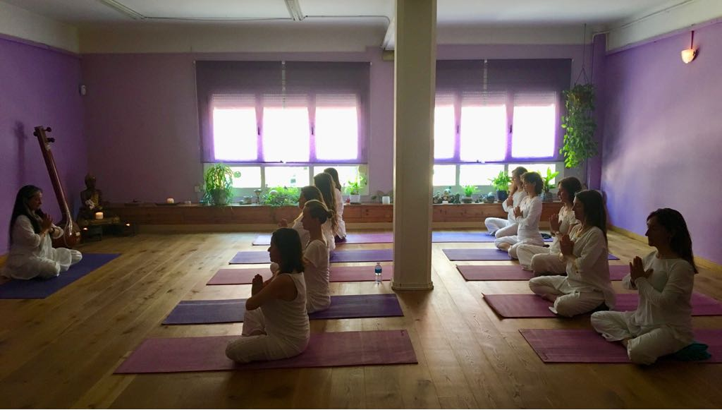 clase de KUNDALINI YOGA barcelona escuela de yoga Kaivalya