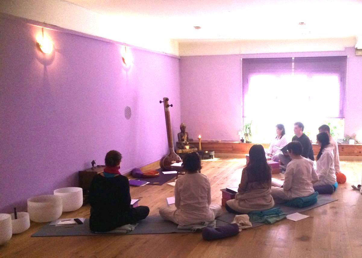 sonoterapia concierto de canto vedico en escuela d eyoga en barcelona escuela kaivalya
